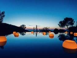 Floating wax lanterns. Here you can see our famous wax lanterns in the most beautiful swimming pools in Marbella, La Moraleja and other luxury locations in Marbella.